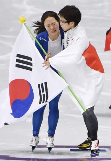 平昌冬季五輪スピードスケートのレース後、韓国の李相花選手(左)を抱擁する小平奈緒選手=2018年2月、韓国・江陵(共同)