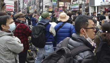 大阪市内で候補者の街頭演説を聞く人たち=31日午後