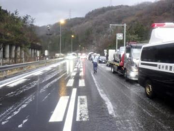 多重事故が起きた北陸自動車道下り線=3月31日、福井県敦賀市刀根(福井県警提供)