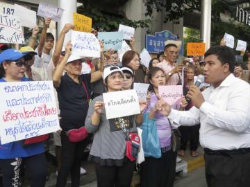 タイの総選挙で不正があったと抗議する市民ら=31日、バンコク(共同)