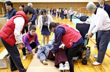 地域住民と障害者が共に避難所運営について考えたワークショップ。多くの人が障害に理解を深める政策が求められている=3月1日午後、宮崎市・宮崎大
