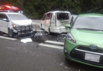福井県敦賀市の北陸自動車道下り線で起きた多重事故の現場=31日午後(福井県警提供、車のナンバーを画像加工しています)