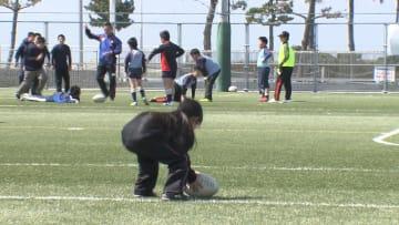 ボールを使ったミニゲームをする児童