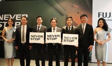 グローバルに展開するブランディングキャンペーン「ネバー・ストップ」をタイでも実施すると発表したフジフイルム(タイランド)の渡邉努マネジング・ディレクター(中央)=3月28日、バンコク(NNA撮影)