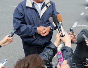 報道陣の取材に応じる女子生徒の父親