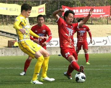 【大分―鈴鹿】後半、ボールを奪い合う大分のFW伊福(24)ら=昭和電工サッカー・ラグビー場