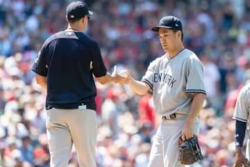 ヤンキースのアーロン・ブーン監督(左)と田中将大【写真:Getty Images】