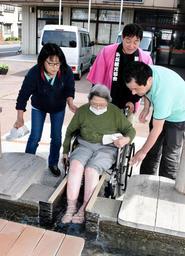 車いすのまま足湯を楽しむ住民=新温泉町浜坂