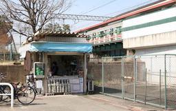 阪神石屋川駅の売店。震災前は、フェンスがある位置に改札があった=東灘区御影石町2