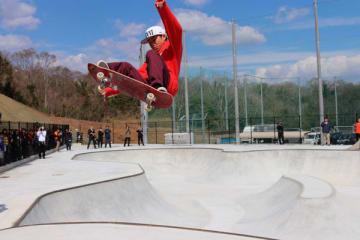【スケートパークのオープニングイベントで技を披露するプロ選手=松阪市山下町の市総合運動公園で】