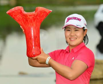 米女子ゴルフでツアー3勝目を挙げ、優勝トロフィーを掲げる畑岡奈紗=31日、米カリフォルニア州、アビアラGC(共同)
