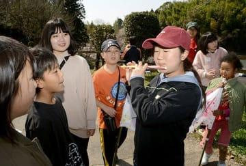 ストローで作った笛を演奏する子どもたち=美里町
