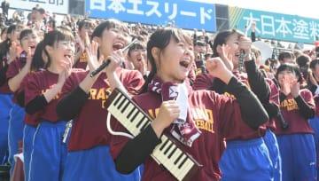 習志野高のセンバツ4強を応援で後押しした吹奏楽部員ら=31日午前、兵庫県西宮市の甲子園球場
