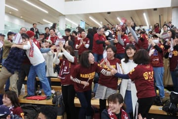 習志野高校が勝利し歓喜に沸くPV会場=31日、習志野市役所