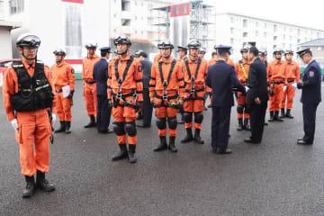 左腕に着ける特別救助隊員章を受け取る隊員=大村消防署