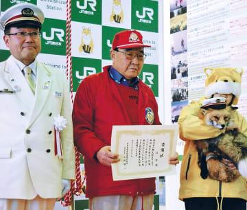 小野駅長(左)や佐藤社長(中央)と記念撮影するゴロ