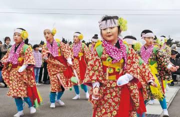 伝統の手踊りを奉納する子どもたち