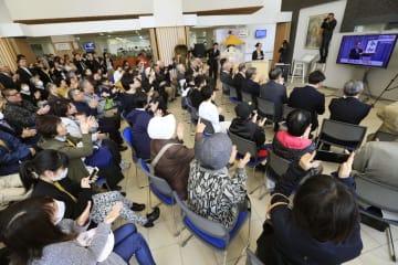 新元号「令和」が発表され、菅官房長官の出身地である秋田県湯沢市で拍手する人たち=1日午前11時41分、湯沢市役所