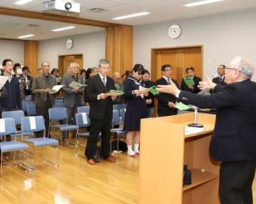 平和を願い、過去の災害や事件の犠牲者を追悼する歌を合唱する参加者=31日、上越市名立区