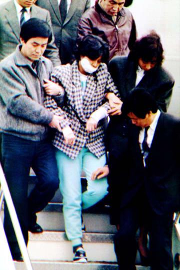 1987年12月、大韓航空機爆破事件で逮捕され、ソウルの金浦空港に移送された金賢姫工作員(共同)