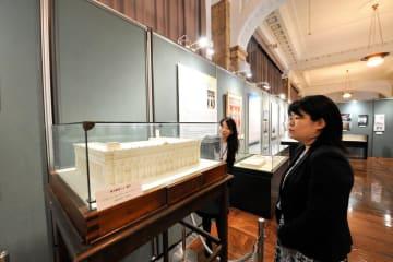 横浜郵船ビルの模型も展示された企画展=日本郵船歴史博物館