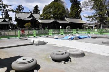 間もなく修復のための組み立てが始まる、熊本地震で倒壊し、解体された阿蘇神社楼門の更地=1日午後、熊本県阿蘇市