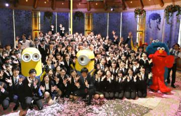 USJの入社式で記念撮影する新入社員ら=1日、大阪市