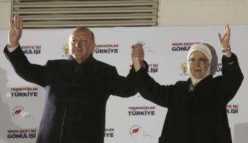 1日、トルコの首都アンカラで、統一地方選の結果を受け、妻(右)と共に支持者らにあいさつするエルドアン大統領(AP=共同)