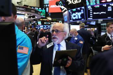 ニューヨーク証券取引所のトレーダーたち=1日(ゲッティ=共同)