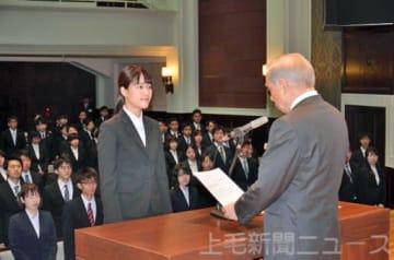 大沢知事(右)から辞令を交付される福島さん