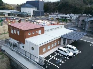 新築した市立こども診療所の建物。荷物の搬入作業が進む=1日、竹田市玉来