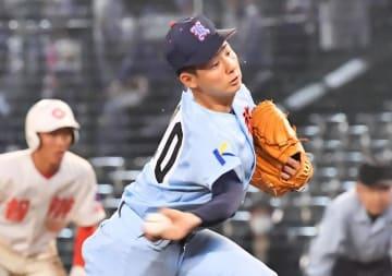 智弁和歌山との試合で投球する啓新の浦松巧投手=3月30日、兵庫県西宮市の甲子園球場