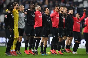試合後にファンと勝利の喜びを分かち合うフランクフルトメンバー photo/Getty Images