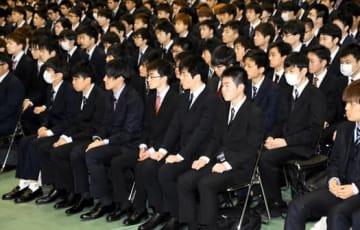開講式に臨む日大工学部の新入生