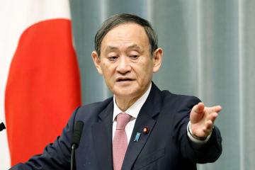 記者会見する菅官房長官=2日午前、首相官邸