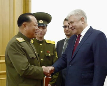 握手する北朝鮮の崔富一人民保安相(左)とロシアのコロコリツェフ内相=2日、平壌(共同)