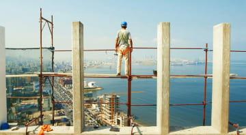 映画「セメントの記憶」でレバノンの高層ビル建設現場で働く労働者(© 2017 Bidayyat for Audiovisual Arts, BASIS BERLIN Filmproduktion)