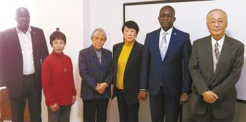 大使館を訪問したときのもの。左から4人目が斉藤恵津子代表(本人提供)