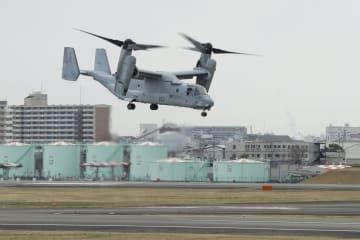 大阪空港を離陸した米軍の輸送機MV22オスプレイ=2日午後1時43分