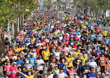2017年10月1日に行われた福井マラソン=福井県福井市みのり2丁目から撮影
