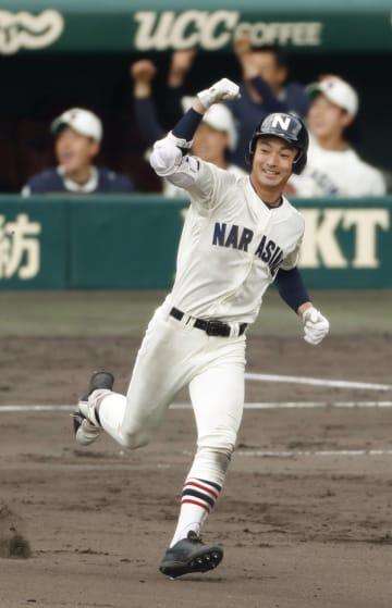 習志野―明豊 8回表、本塁打を放ちガッツポーズで二塁へ向かう習志野・桜井=甲子園