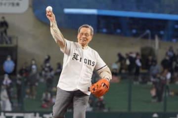 始球式を務めた西武OBの中西太氏【写真:荒川祐史】