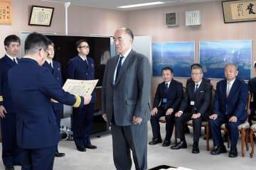 宮崎本部長から感謝状を受け取る東京汽船の齊藤社長(中央)ら=第3管区海上保安本部