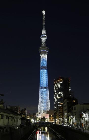 「世界自閉症啓発デー」に合わせ、青色にライトアップされた東京スカイツリー=2日夜、東京都墨田区