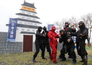 迷路入り口の天守閣前でポーズを取る鶴山隊のメンバー