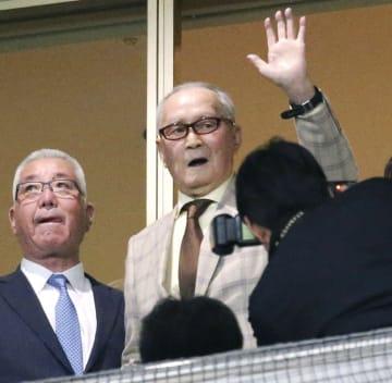 本拠地開幕戦を観戦に訪れ、観客の声援に応えるプロ野球巨人の長嶋茂雄元監督=2日、東京ドーム