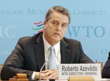 2日、ジュネーブのWTO本部で記者会見するアゼベド事務局長(共同)