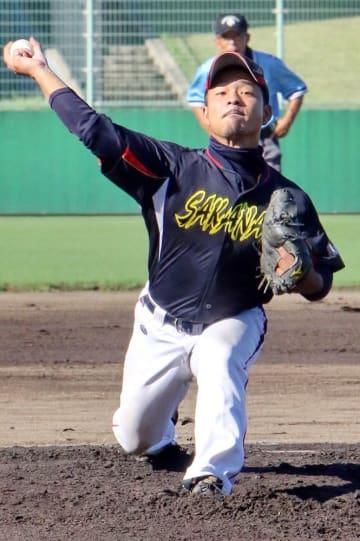 昨年のAクラス決勝で力投したさかなやの塚本正=長崎市総合運動公園かきどまり野球場