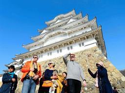 外国人の入城者が年々増えている姫路城。2018年度は過去最多に=昨年11月、姫路市本町