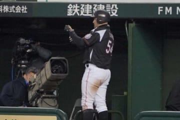 4試合連続の本塁打を放ち「寿司ポーズ」を決めるロッテのブランドン・レアード【写真:荒川祐史】